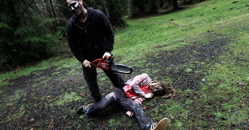 """Pessoas participam do """"Zombie First Responder"""", na cidade de Sandy, em Oregon (EUA). O treinamento intensivo de dois dias capacita a se proteger contra um possível ataque de zumbis em situações na selva e na cidade, e ensina também como eliminar um zumbi"""