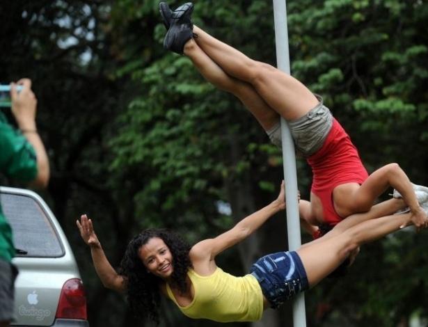 Pole dance também é exercício! Algumas colombianas de Medellin, praticantes da modalidade, acham que lugar de pole dance é onde tiver um poste. Para divulgar o remelexo gostoso, elas mostram o requebrado nas ruas da cidade colombiana