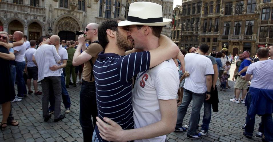 Protesto contra  homofobia tem beijo de casal gay em Bruxelas, Bélgica