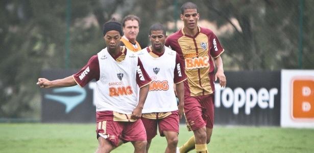 Ronaldinho Gaúcho participa de treinos com os colegas do Atlético-MG