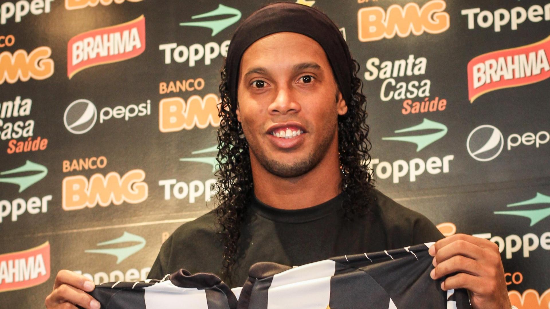 Ronaldinho Gaúcho posa com a camisa do Atlético-MG em sua apresentação no clube