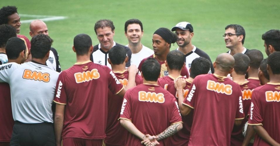 Ronaldinho Gaúcho se reúne com grupo de jogadores do Atlético-MG em seu primeiro treino