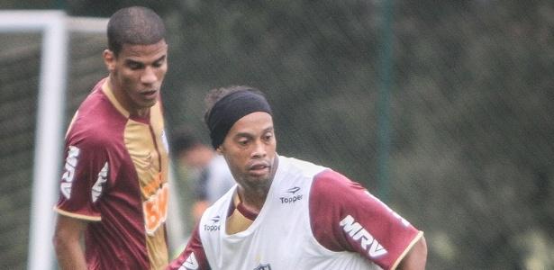 Ronaldinho Gaúcho treina com bola em seu primeiro dia como jogador do Atlético-MG