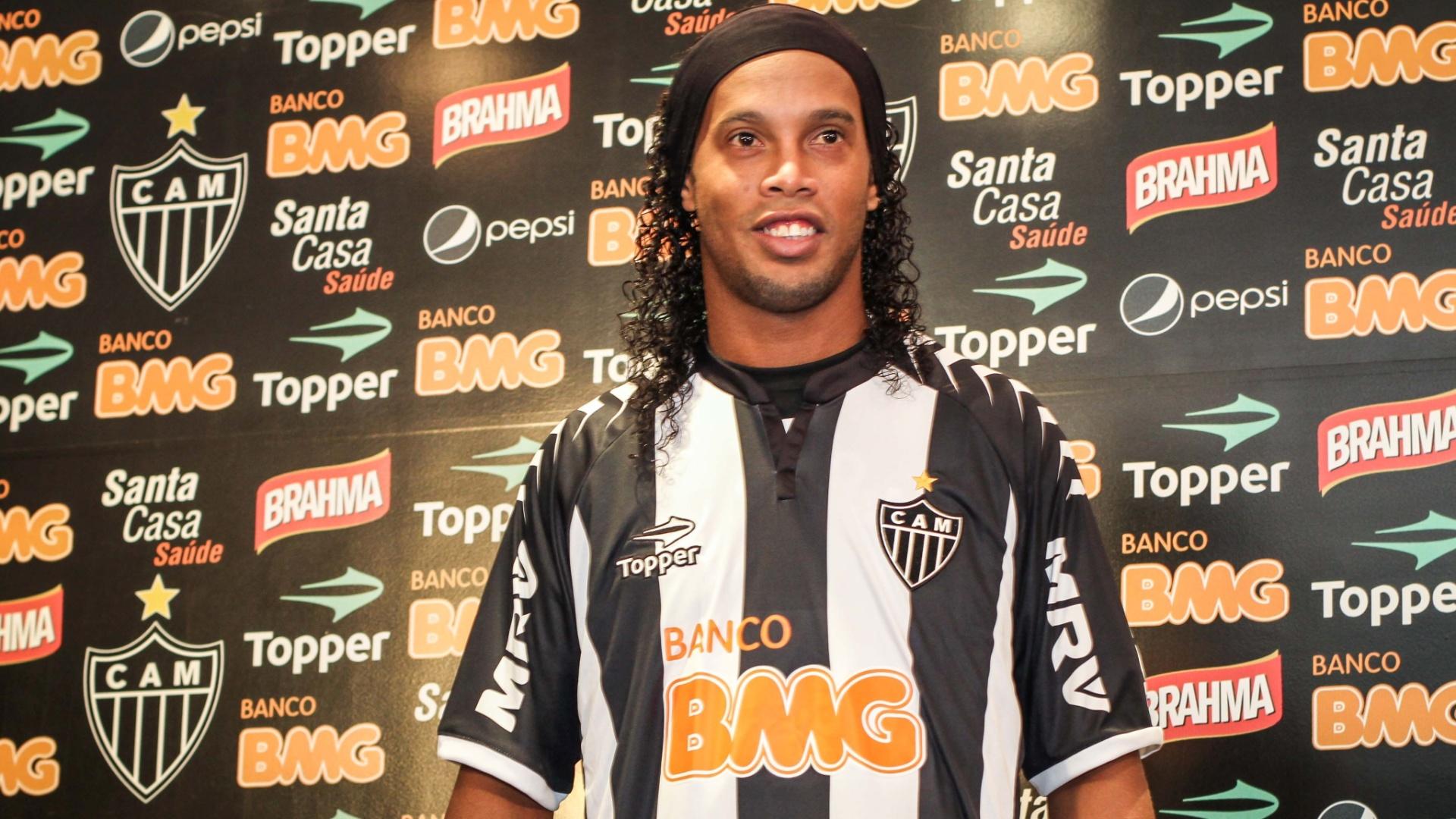Ronaldinho Gaucho veste a camisa do Atlético-MG em sua apresentação no clube