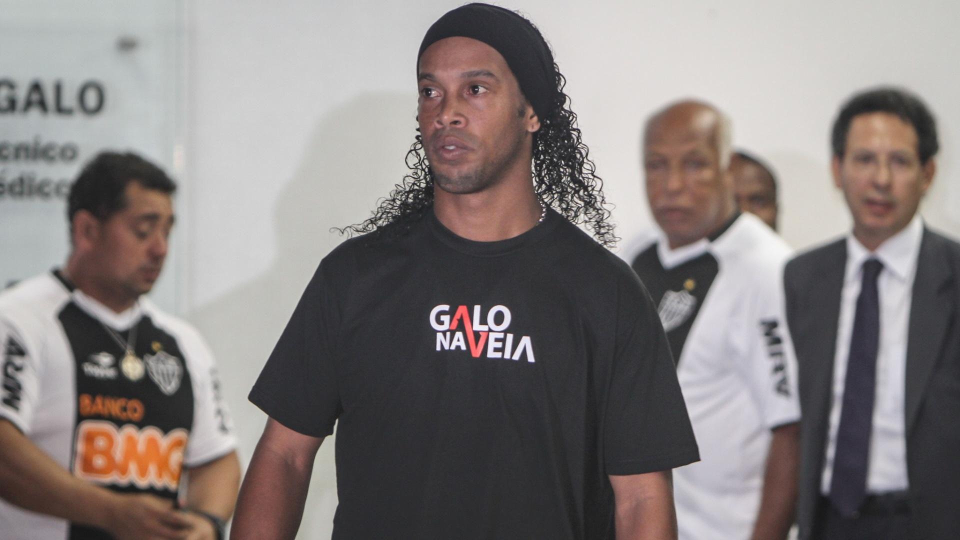 Ronaldinho usa uma camisa com os dizeres 'Galo na veia' em seu primeiro dia no Atlético-MG