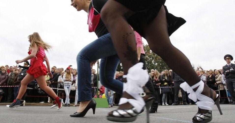 Se para ganhar eleição é importante não ter salto alto, nesta competição em Belarus vale o contrário. A prova, realizada no último sábado (17), reuniu 30 mulheres, que deveriam correr 60 m usando saltos de, no mínimo, 7 cm. O prêmio: joias