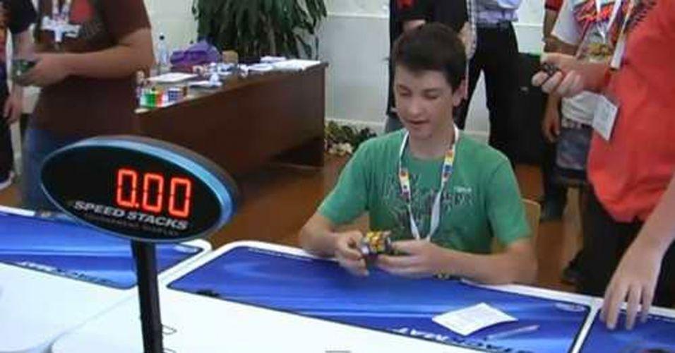 Tem esporte mais legal que brincadeira? O australiano Feliks Zemdegs (foto), de apenas 15 anos, sabe bem disso. Tanto que é o atual campeão do Kubaroo Open, onde os competidores mexem os dedos para ver quem resolve o cubo-mágico mais rápido. Ele fez em apenas 6,65 segundos