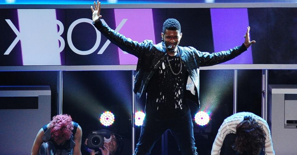Usher se apresenta para divulgar o