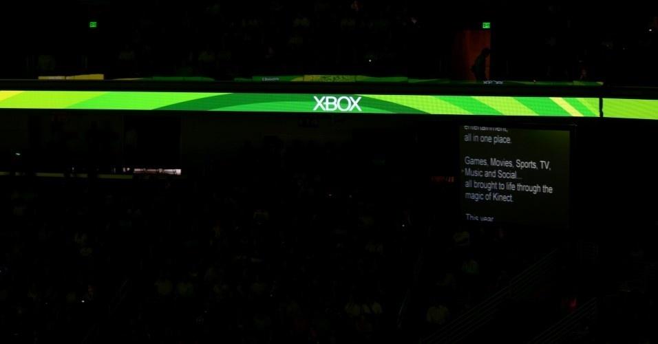Você acha que os discursos são todos decorados? Em frente aos apresentadores há teleprompters gigantes mostrando os textos