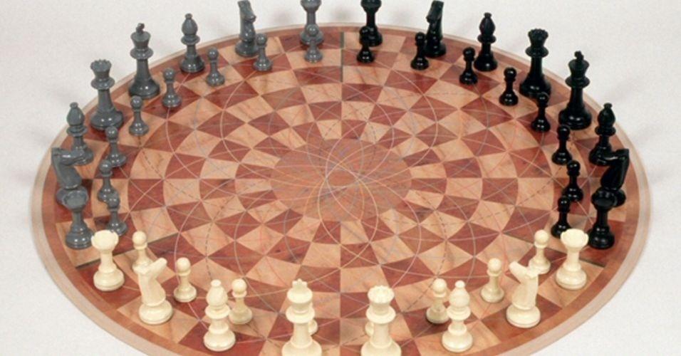 """Você já assistiu a série """"Big Bang Theory""""? Pois Sheldon Cooper, personagem do seriado, criou um xadrez para três pessoas e alguém resolveu realmente fazer o tabuleiro para o jogo que, detalhe: é redondo. Segundo o inventor, é """"xadrez regular, mas com mais uma pessoa"""". Simples, não?"""