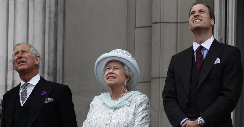 5.jun.2012 - (da esquerda para a direita) Príncipe Charles, rainha Elizabeth 2ª e Príncipe William observam espetáculo aéreo da sacada do Palácio de Buckingham, durante show que marca o encerramento das comemorações pelo jubileu de diamante da rainha