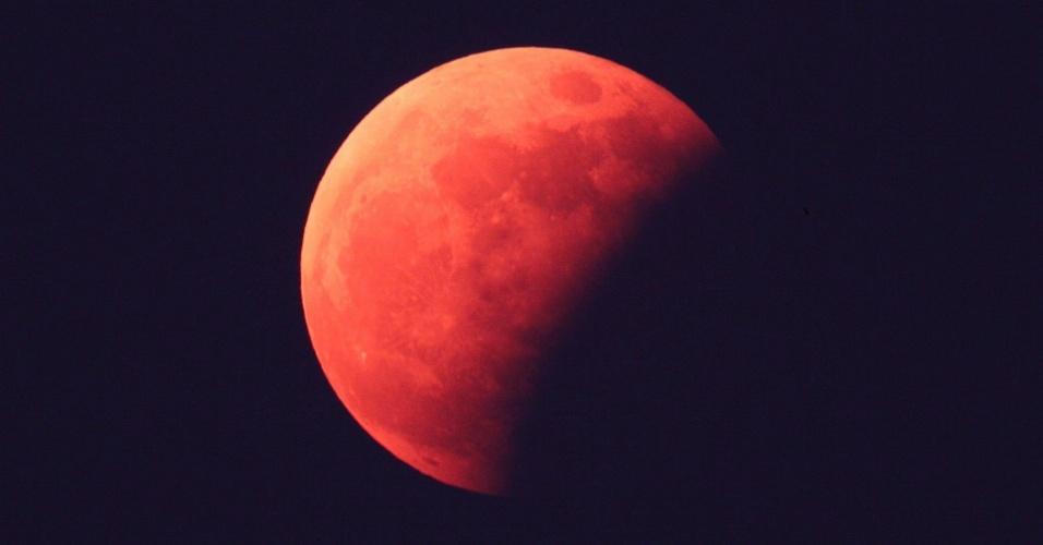 5.jun.2012 - Eclipse parcial da lua é visto em Seul, na Coreia do Sul