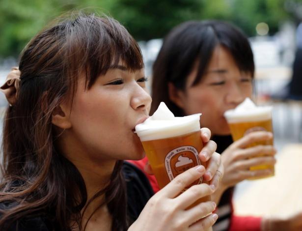 Mocinha degusta a cerveja congelada da Kirin - Toru Hanai/Japan-Beer/Reuters