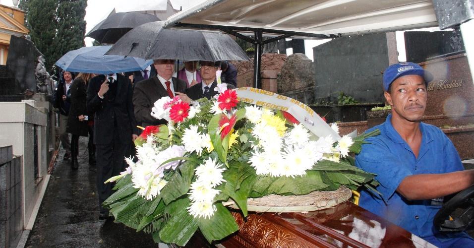 5.jun.2012 - O funeral do empresário Marcos Kitano Matsunaga, 42, diretor-executivo da empresa de alimentos Yoki, foi realizado no cemitério São Paulo, na zona oeste da capital paulista, nesta terça-feira