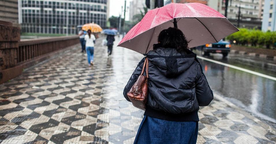 5.jun.2012 - São Paulo registrou a segunda maior lentidão do ano durante a manhã, devido à constante chuva que caiu sobre a cidade nesta terça-feira. Na foto, mulher caminha no viaduto 9 de Julho, região central da capital paulista