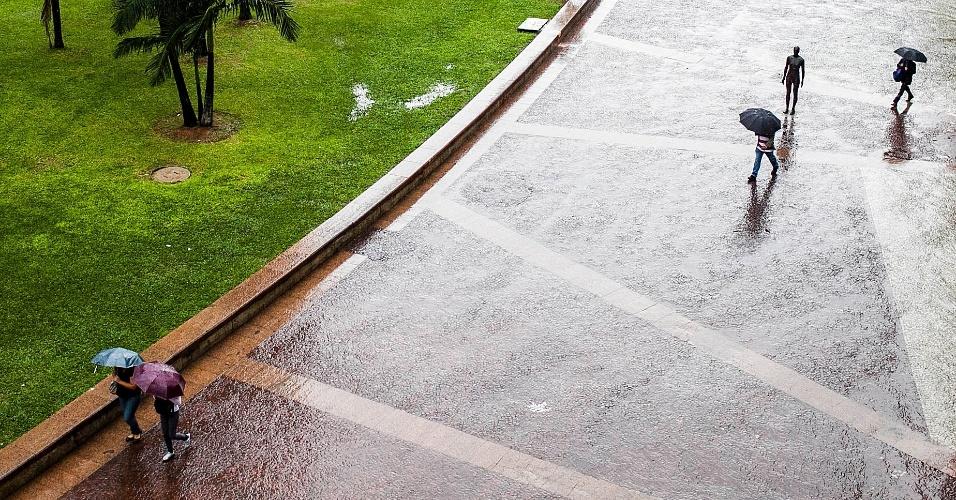 5.jun.2012 - São Paulo registrou a segunda maior lentidão do ano durante a manhã, devido à constante chuva que caiu sobre a cidade nesta terça-feira. Na foto, pedestres atravessam  o vale do Anhangabaú, na região central da capital paulista