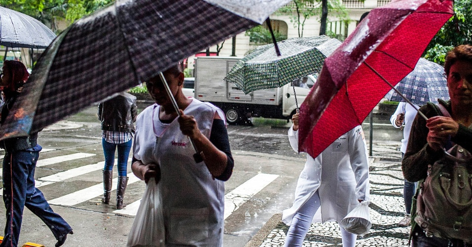 5.jun.2012 - São Paulo registrou a segunda maior lentidão do ano durante a manhã, devido à constante chuva que caiu sobre a cidade nesta terça-feira. Na foto, pedestres caminham na avenida São Luiz, na região central