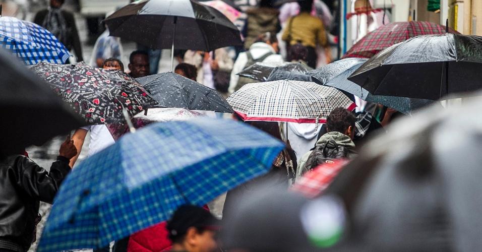 5.jun.2012 - São Paulo registrou a segunda maior lentidão do ano durante a manhã, devido à constante chuva que caiu sobre a cidade nesta terça-feira. Na foto, pessoas caminham pela ladeira Porto Geral, na região central da capital paulista