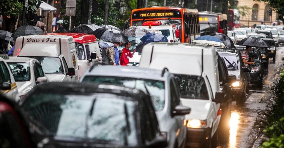 5.jun.2012 - São Paulo registrou a segunda maior lentidão do ano durante a manhã, devido à constante chuva que caiu sobre a cidade nesta terça-feira. Na foto, trânsito na avenida São Luiz, na região central