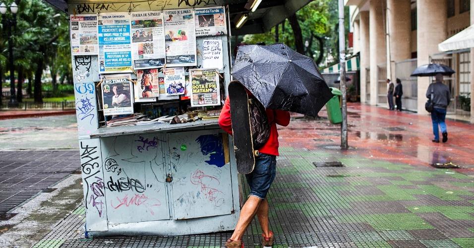 5.jun.2012 - São Paulo registrou a segunda maior lentidão do ano durante a manhã, devido à constante chuva que caiu sobre a cidade nesta terça-feira. No foto, homem olha banca de jornal na praça Dom José Gaspar, na região central da capital paulista