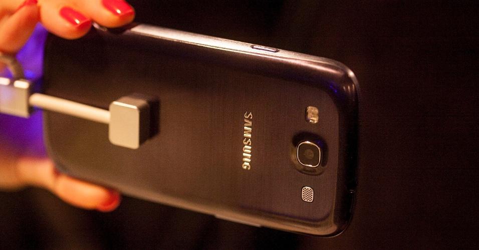 5.jun.2012 - Sem as grandes novidades mostradas no lançamento mundial feito em maio, o Samsung Galaxy S III começa a ser vendido no Brasil a partir de 11 de junho