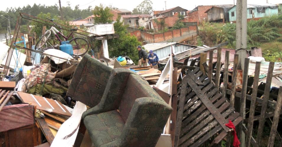5.jun.2012 - Um vendaval que atingiu Araucária, na região metropolitana de Curitiba, causou estragos nesta terça-feira. De acordo com os bombeiros, entre 120 e 140 foram afetadas pelo vendaval na cidade