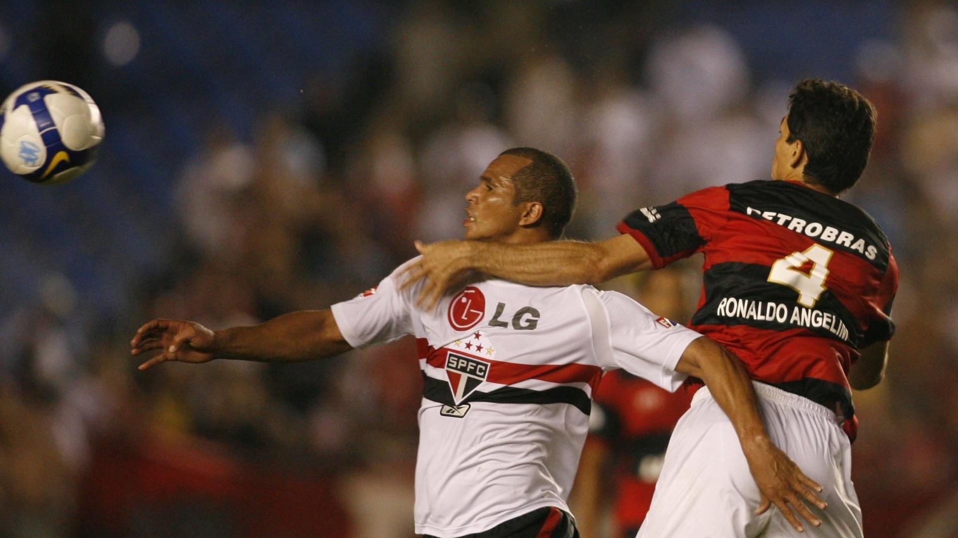 Aloisio em ação pelo São Paulo durante partida contra o Flamengo, pelo Campeonato Brasileiro de 2008