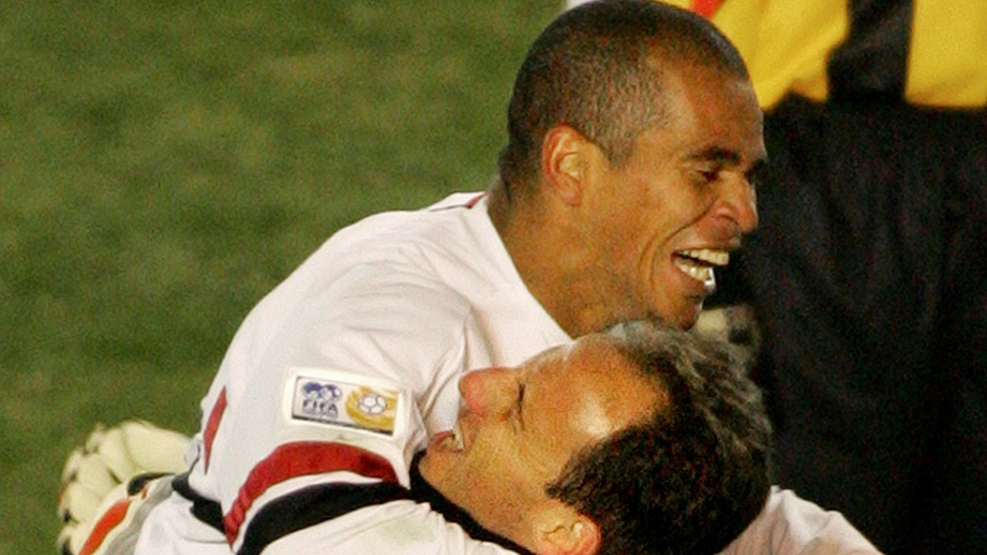Atacante Aloisio comemora com o goleiro Rogério Ceni durante a partiad contra o Al Ittihad, da Arábia Saudita, no Mundial de Clubes de 2005
