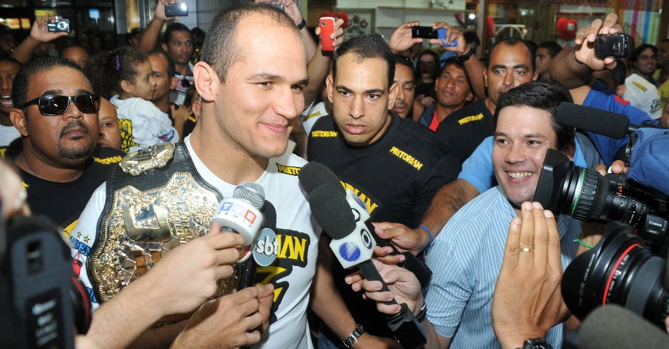 Cigano carrega o cinturão dos pesos pesados do UFC na chegada a Salvador, cerca de dez dias após defender seu posto no rtopo da categoria