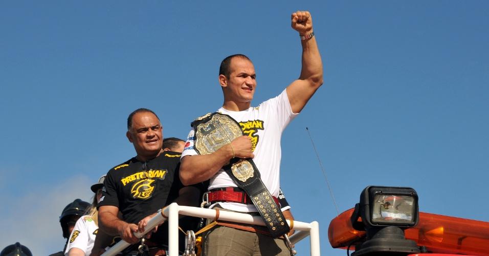 Cigano exibe o cinturão de campeão dos pesados do UFC na chegada a Salvador