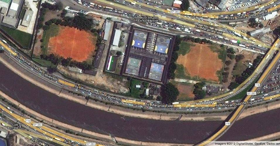 Imagem aérea dos campos do Flamengo (esquerda) e do Benfica: a área cinza é o rio Tietê