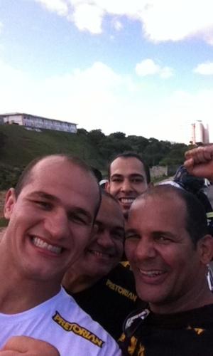Júnior Cigano passeia em carro de Bombeiros na chegada a Salvador, após sua primeira defesa do título de campeão dos pesos pesados do UFC