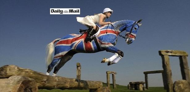 Laura Collett, atleta do hipismo britânico, salta com cavalo pintado com a bandeira do país em homenagem ao Jubileu da Rainha