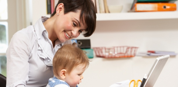 Pesquisa mostra que 44% das mães aumentaram o tempo de uso do Facebook após o parto - Thinkstock