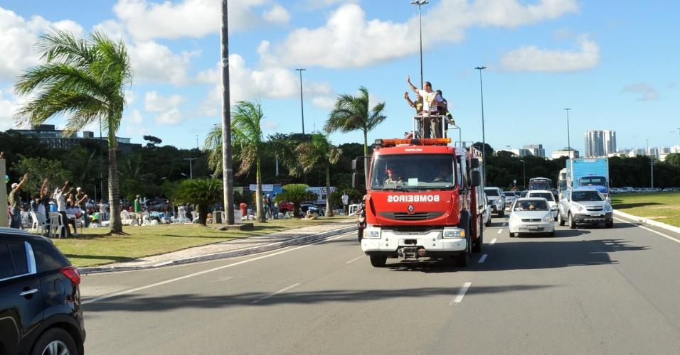 """Mais uma vez Cigano desfilou em carro de bombeiros na chegada a Salvador, novamente como melhor peso pesado do UFC; """"Agradeço mais uma vez a toda a Bahia por mais uma recepção de tirar o fôlego. Obrigado!"""", disse ele"""