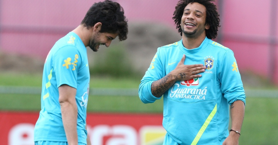 Marcelo (d) brinca com Alexandre Pato durante treino da seleção brasileira em Nova Jersey