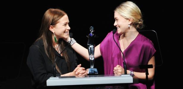 Mary-Kate (esq.) e Ashley Olsen recebem o prêmio de estilistas do ano durante o CFDA Awards, em Nova York (05/06/2012) - Getty Images