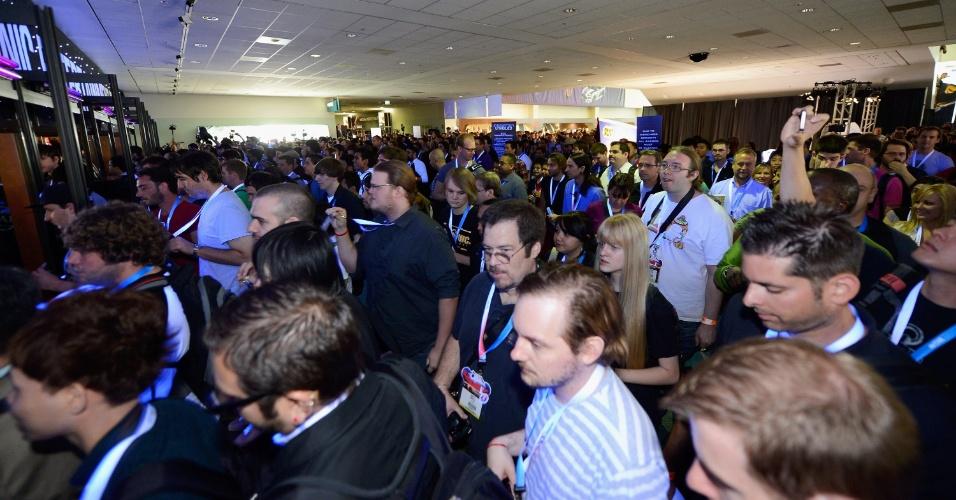 Membros da imprensa entram na área dos estandes da E3