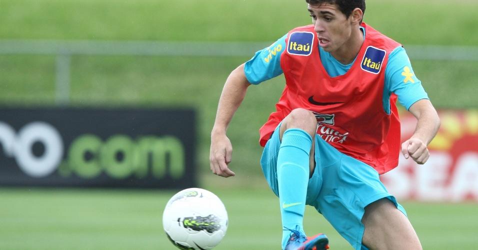 Oscar domina a bola durante treino realizado pela seleção brasileira em Nova Jersey