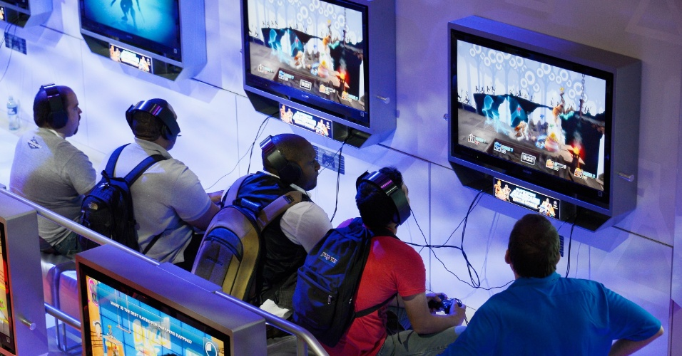 Público da E3 testa os novos jogos do Playstation 3 no estande da Sony