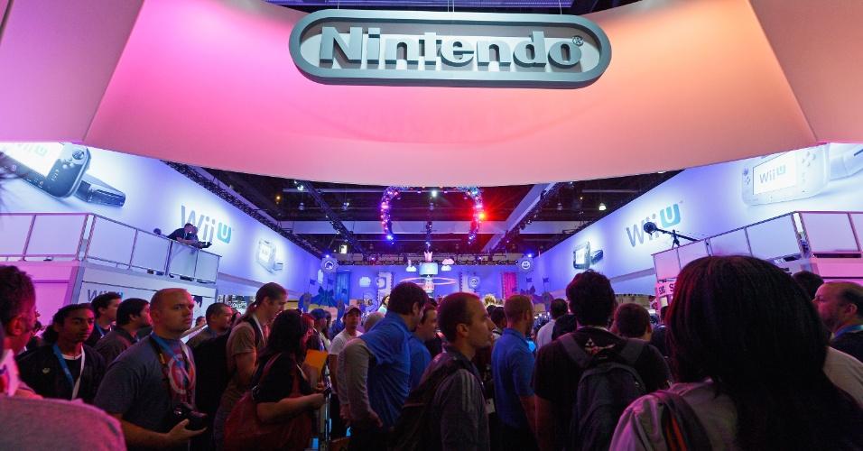 Visitantes entram no estande da Nintendo para testar os jogos do Wii U e os lançamentos ainda inéditos do 3DS