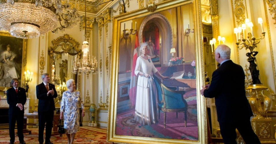 06.jun.2012 - A rainha da Inglaterra, Elizabeth 2ª, observa a colocação de um retrato seu em salão do Palácio de Buckingham, em Londres