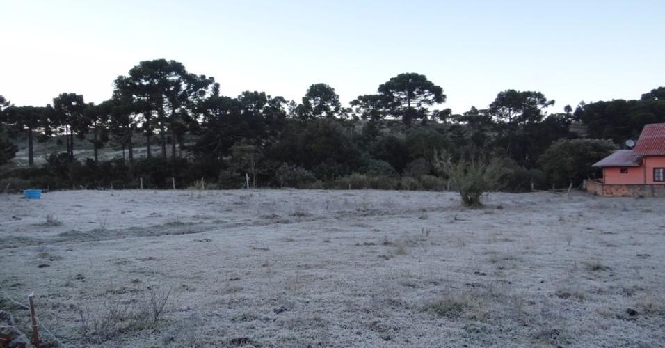06.jun.2012 - Os termômetros da cidade de Urupema, na serra catarinense, (SC), registraram mínima de -5ºC na manhã desta quarta-feira (6). Uma forte geada se formou, deixando gramados e campos totalmente brancos, assim como carros, telhados e casas