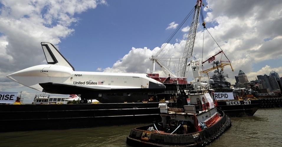 6.jun.2012 -  A réplica do ônibus espacial Enterprise é transportada em uma balsa até o museu Interprid, em Nova York. Ele ficará em exposição permanente no local, que era um porta-aviões da Marinha e foi transformado em museu flutuante