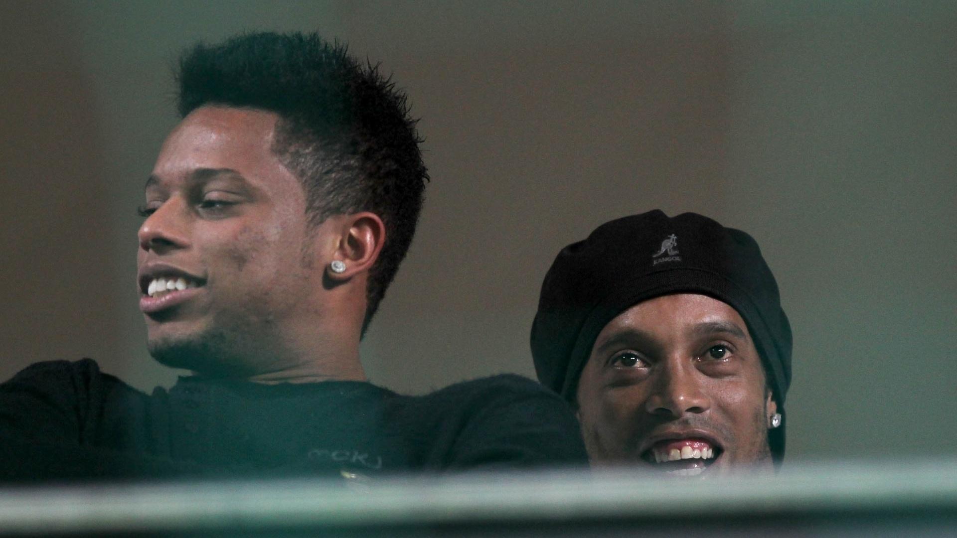 André e Ronaldinho Gaúcho sorriem enquanto, da tribuna, assistem à partida do Atlético-MG contra o Bahia