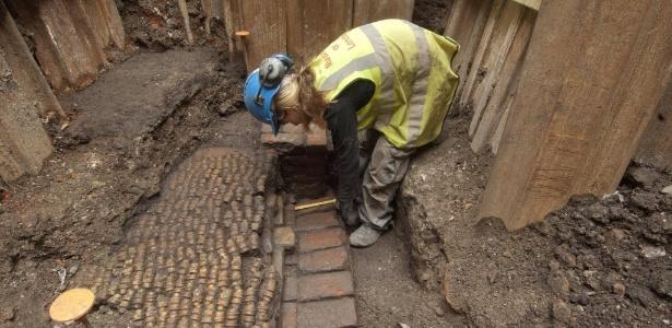 Arqueóloga do Museu de Londres trabalha em escavações na descoberta do teatro Curtain, em Londres (6/6/12) - REUTERS/Museum of London Archaeology/handout