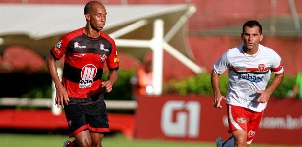 Dinei, atacante do Vitória, carrega a bola durante partida contra o Serrano, no Barradão (26/02/2012)