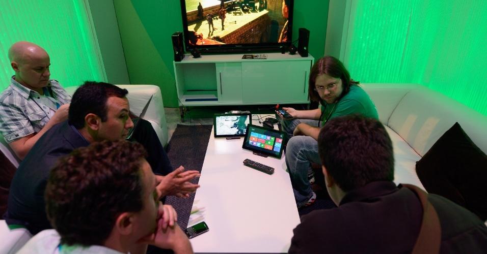 Em área reservada, Microsoft mostra o Xbox SmartGlass para visitantes da E3 2012
