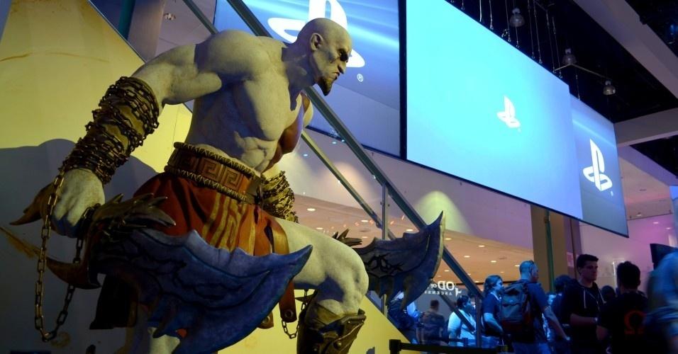 Estátua de Kratos com cara de poucos amigos - como se ele tivesse outra feição - decora o estande da Sony na E3 2012