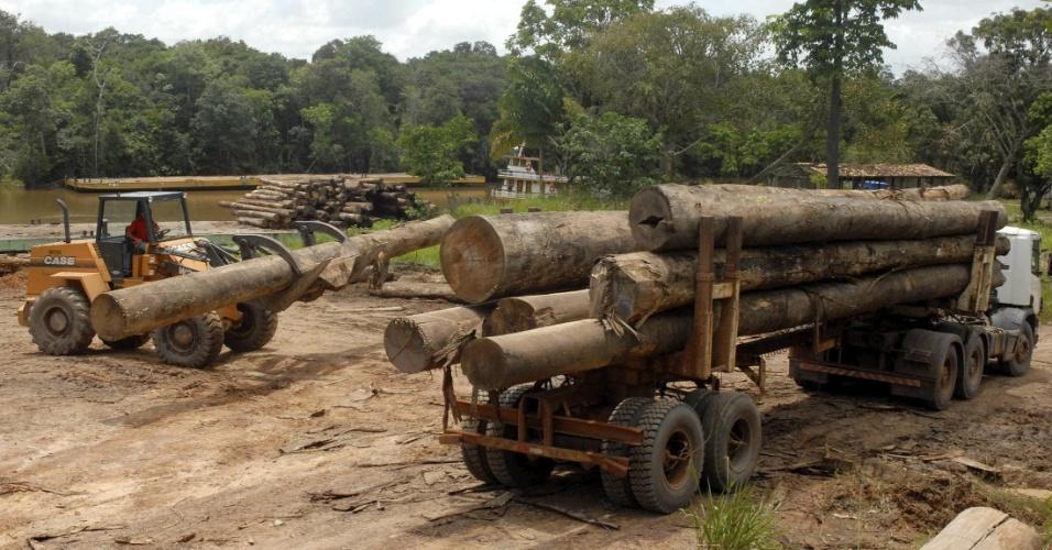fev.2008 - Veículo transporta madeira cortada ilegalmente próximo a Belém